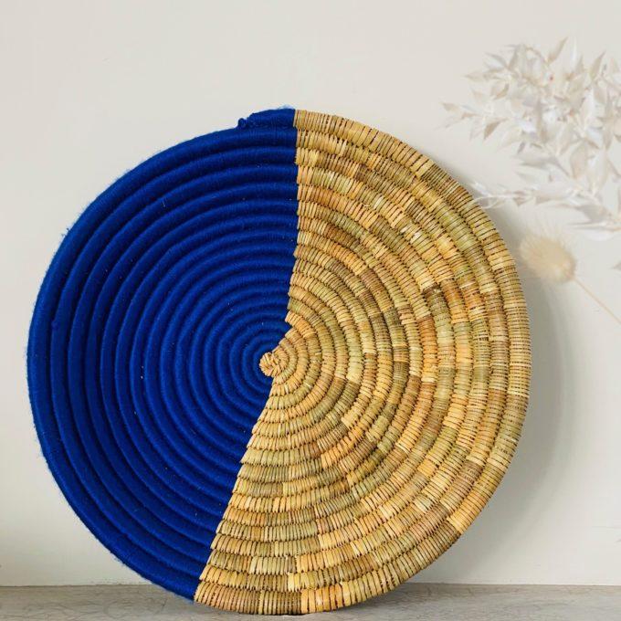 plateau panier murale decoration fibre naturelle et laine bleue électrique majorelle Ma Jungle Family